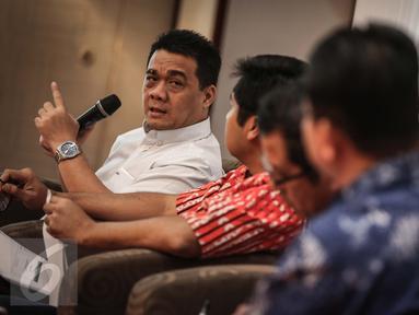 Anggota DPR Fraksi Gerindra, Riza Patria (kiri) memberikan paparan terkait hasil survei evaluasi publik dua tahun kinerja pemerintahan Joko Widodo-Jusuf Kalla (Jokowi-JK) di Jakarta, Minggu (23/10). (Liputan6.com/Faizal Fanani)