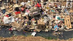 Sampah rumah tangga menumpuk di bantaran Kanal Banjir Barat (KBB) di kawasan Tanah Abang, Jakarta, Jumat (4/9/2019). Perilaku buruk warga yang membuang sampah sembarangan menyebabkan bantaran KBB dipenuhi dengan berbagai jenis sampah hingga menimbulkan bau tak sedap. (Liputan6.com/Immanuel Antonius)
