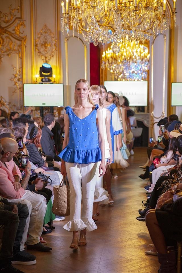 Rancangan busana Daniella Grace (23) yang dipamerkan dihadapan ratusan pelaku industri fashion Paris, dalam FD Paris Fashion Show 2018/copyright Fashion Division