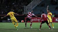 Pemain Madura United, Dane Milovanovic berebut bola dengan bek Bhayangkara FC, Otavio Dutra dalam laga yang berakhir imbang 1-1 di Stadion Gelora Delta, Sidoarjo, Sabtu (22/10/2016). (Bola.com/Fahrizal Arnas)