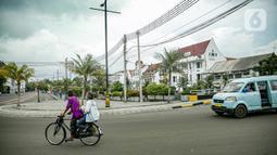 Warga bersepeda di kawasan rendah emisi Kota Tua, Jakarta, Rabu (17/2/2021). Kualitas udara di kawasan Kota Tua Jakarta membaik setelah kebijakan Low Emission Zone (LEZ) atau Zona Emisi Rendah diberlakukan sejak 8 Februari 2021. (Liputan6.com/Faizal Fanani)