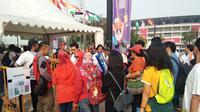 Penonton yang sudah memiliki tiket mulai mengantri di depan pintu Stadion Madya, Jakarta. (Liputan6.com/Cakrayuri Nuralam)