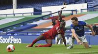 PemainEverton Seamus Coleman (kanan) berebut bola dengan pemain Liverpool Sadio Mane pada lanjutan Liga Primer Inggris di Goodison Park, Liverpool, Inggris, Minggu (21/6/2020). Pertandingan berakhir dengan skor 0-0. (Peter Powell/Pool via AP)