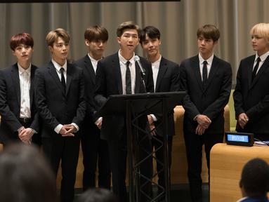 Boyband Korea Selatan, BTS berbicara dalam Sidang Umum Perserikatan Bangsa-Bangsa (PBB) di New York, Senin (24/9). RM sebagai pemimpin grup, mewakili Bangtan Boys dan anak muda di dunia membahas tentang pentingnya mencintai diri sendiri. (MARK GARTEN/AFP)