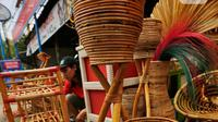 Sejumlah hasil kerajinan dari rotan di kawasan Tangerang, Banten, Rabu (17/2). Pandemi corona memukul banyak sektor usaha tak terkecuali UMKM akibat adanya pembatasan aktivitas masyarakat yang membuat omzet penjualan kerajinan rotan menurun. (Liputan6.com/Angga Yuniar)