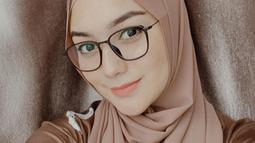 Selalu cantik dengan hijab pasmina, gaya hijab warna beige mocha ini membuat wanita kelahiran 1994 tersebut bak masih ABG. (Liputan6.com/IG/@citraciki)