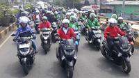 Menhub Budi Karya Sumadi tampak berkonvoi menggunakan motor dengan rute Stasiun Depok hingga ke pusat perbelanjaan Transmart pada Sabtu (5/1/2019) ini. Liputan6.com/Bawono Yadika.