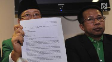 Wakil Ketua Umum PPP Muktamar Jakarta Humphrey Djemat (kiri) didampingi pengurus DPP PPP Muktamar menujukkan surat pengunduran diri Ketua Umum Djan Faridz saat konpers di Jakarta, Senin (30/7). (Merdeka.com/Arie Basuki)