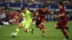 Gelandang Barcelona, Sergio Palencia, berusaha melewati gelandang AS Roma, Diego Perotti, pada laga International Championship Cup di Stadion AT&T, Texas, Selasa (31/7/2018). AS Roma menang 4-2 atas Barcelona. (AFP/Cooper Neill)