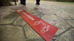 Sebuah tanda jaga jarak sosial (social distancing) terlihat di taman hiburan Dream Island di Moskow, Rusia (18/7/2020). Taman hiburan indoor tersebut dibuka kembali untuk umum pada Sabtu (18/7) setelah ditutup sementara akibat pandemi COVID-19. (Xinhua/Alexander Zemlianichenko Jr)