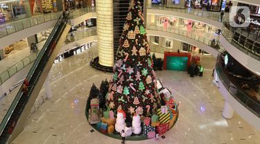 Dekorasi Pohon Natal terlihat di Senayan City, Jakarta, Senin (21/12/2020). Senayan City menghadirkan Classic Christmas tree setinggi 18 meter yang dipenuhi dengan hiasan ornamen khas Natal manusia salju serta candy cane. (Liputan6.com/Herman Zakharia)