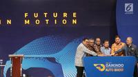 Wakil Presiden RI Jusuf Kalla didampingi Menteri Peridustrian Airlangga Hartarto dan Ketum Gaikindo Yohannes Nangoi menekan tombol tanda resmi dibukanya pameran Gaikindo Indonesia Internasional Auto Show (GIIAS) 2019 di ICE BSD, Serpong, Tangerang, Kamis (18/7/2019). (Liputan6.com/Fery Pradolo)
