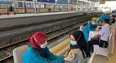 Tenaga medis menyuntikkan vaksin kepada petugas dan penumpang kereta api di Stasiun Bogor, Jawa Barat, Kamis (17/6/2021). Pelaksanaan vaksinasi massal di Stasiun Bogor itu menyasar petugas stasiun, pekerja di stasiun dan penumpang kereta. (Liputan6.com/Herman Zakharia)