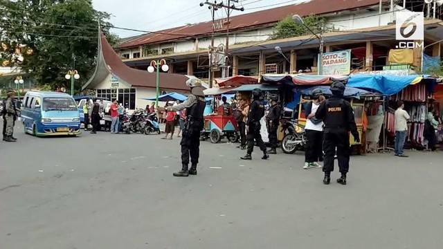 Puluhan pedagang di Padang hampir mengeroyok anggota TNI yang mengingatkan agar tak berjualan di bahu jalan.