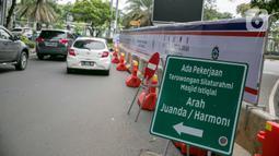 Rambu lalu lintas pemberitahuan pengalihan jalan terpasang di kawasan Lapangan Banteng, Jakarta, Rabu (21/1/2021). Jalan Katedral akan ditutup selama proyek pembangunan terowongan silaturahmi Masjid Istiqlal-Gereja Katedral pada 20 Januari-31 Maret 2021. (Liputan6.com/Faizal Fanani)