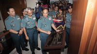 KSAL Laksamana TNI Ade Supandi menandatangani batu prasasti peresmian Anjungan Utama Pusat Hidrografi dan Oseanografi TNI Angkatan Laut (Pushidrosal) di Mako Pushidrosal, Ancol, Jakarta Utara, Kamis (18/1). (Liputan6.com/Arya Manggala)
