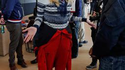 Putri Presiden AS Donald Trump, Ivanka Trump berbincang dengan mantan bobsledder AS Garrett Hines selama Olimpiade Musim Dingin Pyeongchang di pyeongchang, Korea Selatan (24/2). (AFP Photo/Pool/Eric Gaillard)