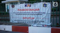 Spanduk pemberitahuan terpasang di perlintasan sebidang dekat Stasiun Palmerah dan Gedung DPR/MPR yang ditutup permanen di Jakarta, Selasa (1/12/2020). Penutupan jalur sebidang tersebut merupakan salah satu bagian dari penataan kawasan Stasiun Palmerah tahap dua. (Liputan6.com/Immanuel Antonius)