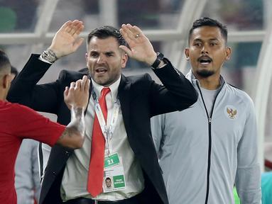 Striker Indonesia, Beto Goncalves, melakukan selebrasi bersama Simon McMenemy usai membobol gawang Malaysia pada laga kualifikasi Piala Dunia 2022 di SUGBK, Jakarta, Kamis (5/9). Indonesia takluk 2-3 dari Malaysia. (Bola.com/M Iqbal Ichsan)