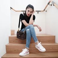 Sandra Dewi kerap tampil dengan celana jeans. Ia pandai memadu padankan jeans yang dikenakannya sehingga tampil ciamik (Dok.Instagram @sandradewi88/https://www.instagram.com/p/Bm7FnoXB4Bb/?hl=en&taken-by=sandradewi88/Dadan Eka Permana)