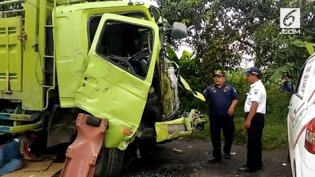 KNKT dan Polisi memeriksa bangkai truk tronton yang menjadi penyebab kecelakaan maut di Bumiayu. KNKT menemukan kelebihan muatan pada truk hingga lebih dari 19 ton