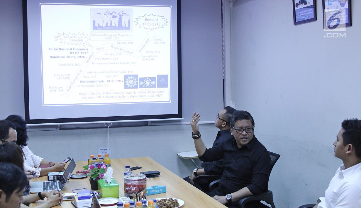 Suasana diskusi Sekjen PDIP Hasto Kristiyanto dengan jajaran ruangguru.com di Jakarta, Jumat (4/5). PDIP bekerja sama dengan ruangguru.com untuk mendidikan para kader partai mendalami nilai-nilai kebangsaan. (Liputan6.com/Herman Zakharia)