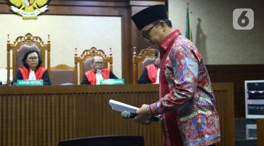 Mantan Menpora Imam Nahrawi bersiap menjalani sidang dakwaan kasus suap dana hibah KONI di Pengadilan Tipikor, Jakarta, Jumat (14/2/2020). Imam didakwa menerima suap sebesar Rp 11,5 miliar dari mantan Sekjen KONI Ending Fuad Hamidy dan mantan Bendahara KONI Johnny E Awuy. (Liputan6.com/Angga Yuniar)