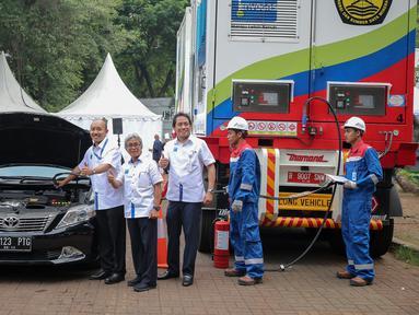 PT Pertamina (Persero) meresmikan pengoperasian Mobile Refueling Unit (MRU) atau Stasiun Pengisian Bahan Bakar Gas (SPBG) yang dapat berpindah tempat dari satu lokasi ke lokasi lain di Lapangan Banteng, Jakarta, Senin (16/11). (Liputan6.com/Faizal Fanani)