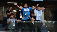 Legenda sepak bola dunia, Diego Maradona (tengah) merayakan gol yang dicetak Lionel Messi saat melawan Nigeria pada laga grup D Piala Dunia 2018 di Saint Petersburg Stadium, Saint Petersburg, (26/6/2018). Argentina menang 2-1. (AFP/Giuseppe Cacace)