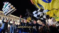 Suporter Juventus merayakan kemenangan saat Juventus menjuarai Serie A Liga Italia 2018/2019 usai mengalahkan Fiorentina dalam Serie A Liga Italia di Stadion Allianz, Turin, Italia, Sabtu (20/4). (Alessandro Di Marco/ANSA via AP)