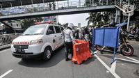 Mobil ambulans diizinkan melintas saat penyekatan mobilitas di Jalan Basuki Rahmat, Jakarta Timur, Kamis (15/7/2021). Kendaraan yang diperbolehkan melintas hanya yang bekerja di sektor esensial dan kritikal serta pengendara yang memiliki Surat Tanda Registrasi Pekerja (STRP). (merdeka.com/Iqbal S Nu