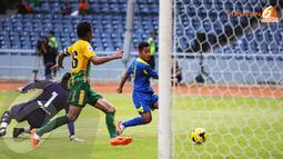 Samsul Arif (Arema Cronus - kanan) berhasil mencetak gol usai mengecoh dua pemain belakang United Army Thailand. (Liputan6.com/Helmi Fithriansyah)