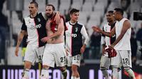 Para pemain Juventus merayakan kemenangan atas AC Milan pada laga Serie A Italia di Stadion Allianz, Turin, Minggu (10/11). Juventus menang 1-0 atas Milan. (AFP/Marco Bertorello)