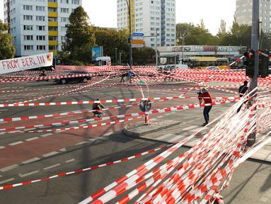 Aktivis iklim memblokir Jembatan Jannowitz di Berlin, Jerman, Jumat (20/9/2019). Aksi ini digelar dalam rangka protes terhadap perubahan iklim global. (AXEL SCHMIDT/AFP)