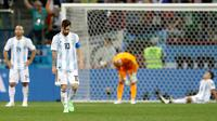 Kapten timnas Argentina, Lionel Messi berjalan di lapangan pada akhir pertandingan Grup D Piala Dunia 2018 melawan Kroasia di Nizhy Novgorod Stadium, Rusia, Jumat (22/6). Kalah 0-3, Argentina kian sulit untuk melaju ke babak gugur. (AP/Petr David Josek)