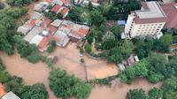 Pantauan titik banjir Jakarta dari udara yang dilakukan Kepala BNPB Letjen TNI Doni Monardo, Gubernur DKI Jakarta Anies Baswedan, dan Menteri PUPR Basuki. (Foto: BNPB)