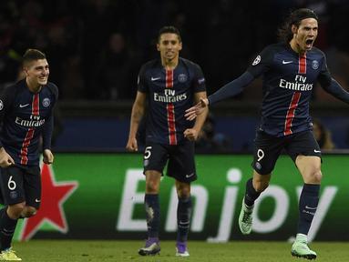 Pemain PSG, Edinson Cavani (kanan) merayakan golnya ke gawang Chelsea pada leg pertama babak 16 Liga Champions, di Parc des Princes, Paris, Rabu (17/2/2016) dini hari WIB.  (AFP / Franck Fife)