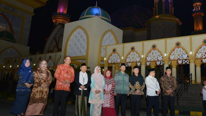 Ketua MUI sekaligus wakil presiden terpilih 2019, K.H Ma'ruf Amin, bersama Menteri Pariwisata Arief Yahya, meresmikan ligthing di masjid Hubbul Wathan Islamic Centre, Nusa Tenggara Barat.