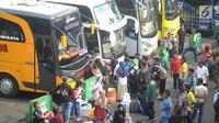 Sejumlah calon penumpang bersiap menaiki bus di Terminal Kampung Rambutan, Jakarta, Minggu (10/6). Lebih dari 28 ribu pemudik sudah meninggalkan Ibu Kota menuju kampung halamannya dengan bus hingga H-5 Lebaran 2018 pagi ini. (Merdeka.com/Arie Basuki)