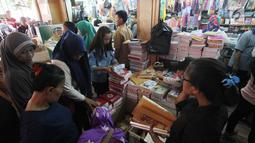 Sejumlah warga membeli perlengkapan sekolah di Pasar Kebayoran Lama, Jakarta, Rabu  (5/7). Menjelang tahun ajaran baru permintaan perlengkapan sekolah meningkat. (Liputan6.com/Angga Yuniar)
