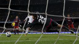 Lionel Messi melakukan tembakan yang sulit dijangkau kiper Valencia, Mathew Ryan pada leg pertama semifinal  Copa del Rey (King's Cup) di Stadion Camp Nou, Barcelona, Kamis (4/2/2016) dini hari WIB.  (REUTERS/Albert Gea)