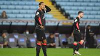 Bek Liverpool, Virgil van Dijk, tampak kecewa usai ditaklukkan Aston Villa pada laga Liga Inggris di Stadion Villa Park, Minggu (4/10/2020). Liverpool takluk dengan skor 7-2. (Peter Powell/Pool via AP)
