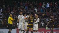 Sejumlah pemain PSS Sleman dan PSM Makassar terlibat insiden kecil. PSM ditahan imbang tim tamu PSS dengan skor 1-1. (Bola.com/Vincentius Atmaja)