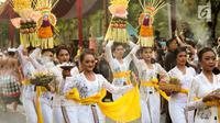 Peserta mengenakan pakaian kebaya pada karnaval Budaya Bali di kawasan Nusa Dua, Bali, Jumat (12/10). Karnaval tersebut untuk memeriahkan perhelatan Pertemuan Tahunan IMF - World Bank Group 2018 di Bali. (Liputan6.com/Angga Yuniar)