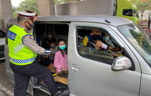 Pemudik Yang Terkena Penyekatan Di Tol Tangerang-Merak. (Dokumentasi Korlantas Polri).