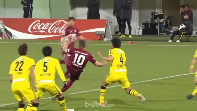 Lukas Podolski mesti rela melihat tendangan salto spektakulernya diblok penjaga gawang Kosuke Nakamura ketika timnya Vissel Kobe m...
