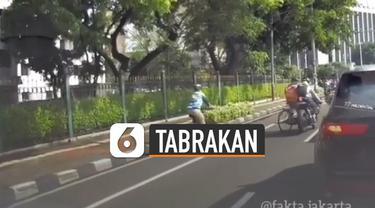 Pria pesepeda keluar jalur khusus sepeda dan akhirnya tertabrak pengendara motor yang sedang melaju.