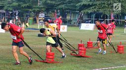 Para peserta menarik beban dalam ajang Komando Warriors II di Kompleks Kopassus Cijantung, Jakarta, Minggu (6/5). Komando Warriors meliputi lari total 5 km, cross speed, serta melintasi aral lintang. (Liputan6.com/Angga Yuniar)