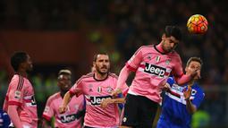 Penyerang Juventus, Alvaro Morata menyundul bola saat bertanding melawan Sampdoria pada pertandinga Liga Serie A Italia di Stadion Luigi Ferraris di Genoa pada 10 Januari 2016. Ini kali keduanya Morata akan berseragam Bianconeri. (AFP/Marco Bertorrello)