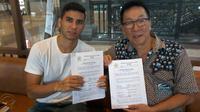 Pemain asing pertama PSS Sleman, Brian Ferreira (kiri) bersama CEO klub, Soekeno, usai penandatanganan kontrak. (Humas PSS)